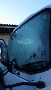 トラック窓凍る